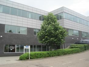 Bureaux lumineux, situé à cote du chaussée de Bruxelles. Excellente visibilité.