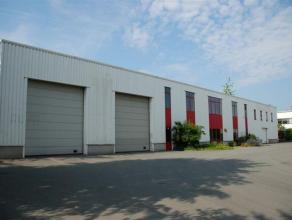 Bâtiment PME avec un entrepôt de 1.125 m² ( avec mezzanine de 606 m²)  et de l'espace de bureaux de 125-500 m². 8 places de