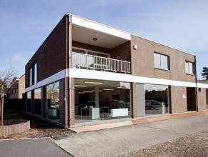 Toonzaal met kantoren, magazijn en appartement, vlot bereikbaar via N9. +/- 5 km van de R4. Vrijstaand gebouw op terrein van 1.650m².