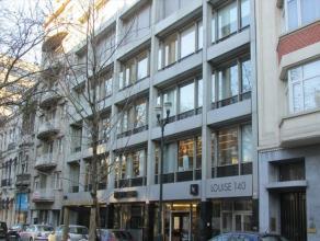 Aantrekkelijk kantoorgebouw te huur. Gelegen in de Avenue Louse, vlakbij het Justitiepaleis. Veel winkels, restaurants, banken en hotels in de nabije