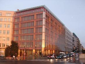 """Groen gebouw, zes verdiepingen, gelegen op de binnenring in Brussel, rechtover de """"Place du Trône. Het gebouw biedt u een prachtig zicht. De zes"""