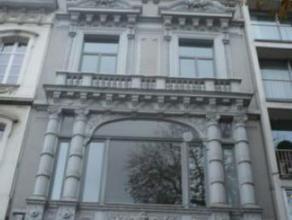 Ideaal gelegen op het mees fameuse straat te Brussel. Dit gebouw biedt 440m². Het is uitgerust met een lift en een interior garden.Mogelijkheid o