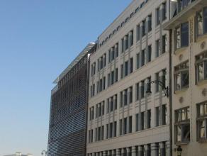 Dit kantoorgebouw met 6 verdiepingen omvat 3.000m² bovengronds, en is gelegen in het Leopold District vlakbij de Place du Trône. Op de 2 on