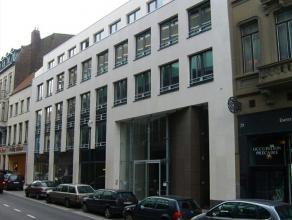 Dit kantoorgebouw is gelegen op loopafstand van het Centraal Station en Grote Zavel. De gerenoveerde façade geeft een extra cachet aan het gebo