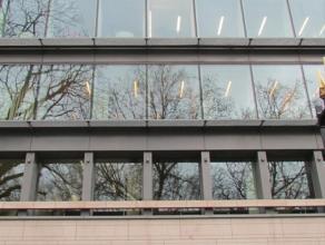 Kantoren te huur in de Leopold wijk te Brussel. Het gebouw werd recent opgefrist. Nieuwe moderne gevel, inkomhal met een prachtig design, muren afgewe