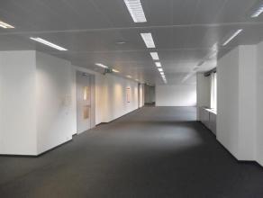 Het gebouw is gelegen op wandelafstand van het Schuman rondpunt. Het maakt maximaal gebruik van de unieke locatie, op de hoek van de Arlonstraat en de