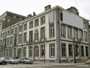 Prachtig klassiek kantoorgebouw die zich op de hoek van de Wetstraat met de Hertogsstraat bevindt, rechtegenover het Warandepark. Het is gebouwd in 17