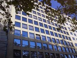 Kantoren te huur in de Leopoldswijk. Het gebouw bevindt zich tussen de metrostations Arts-Loi en Madou. Makkelijk gebruik van ruimte. De gemeenschappe