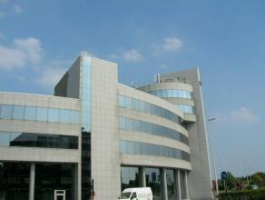 Zeer luxueuze kantoren in een nieuw gebouw met een hoogwaardige afwerking en uitzonderlijke architectuur. Het gebouw is gelegen op toplocatie aan de s