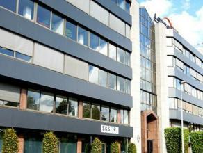 Gelegen in één van de meest bekende kantoorstraten van Antwerpen  Berchem aan de Singel en Ring. Uw bedrijfslogo op het dak van dit gebo