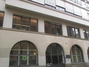 Zeer karakteristiek kantoorgebouw te koop in het centrum van Brussel. Het gebouw is te vinden om enkele meters van de Dansaert straat. 670m² kant