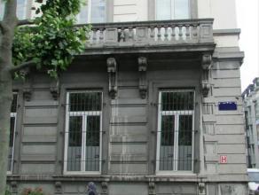 Mooi herenhuis vlakbij metro Yser, aan de rand van het Brussels Pentagon en de Noordwijk. Deze locatie is centraal gelegen en biedt een snelle verbind
