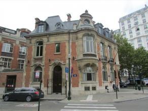 Zeer karaktervol pand gelegen op een uitstekende zichtlocatie in het centrum van Brussel. Geinstalleerde keuken en sanitair aanwezig. Ideaal voor bedr