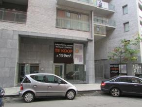 Prachtige ruimte te koop in een recent gebouwd pand te Brussel. De ruimte bestaat uit een deel op de gelijkvloers met een mezannineverdieping. Er is e