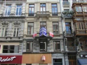Mooi herenhuis gelegen in hartje Brussel. Het gebouw beschikt over 7 verdiepen. Op de gelijkvloers is er een handelszaak. Er is een aparte inkomhal vo