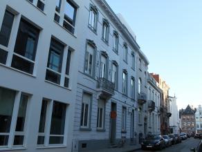 Dit prachtige opbrengsteigendom met 19 kamers is gelegen op een zucht van de Vismarkt en de Brusselsestraat. Alle gemeubelde kamers hebben een oppervl