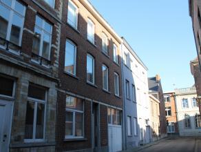 Zeer centraal gelegen opbrengsteigendom met 16 kamers, absolute topligging tussen de Vismarkt en de Vaartstraat. Alle gemeubelde kamers hebben een opp