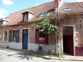 Deze charmante woning met een mooie authentieke voorgevel ligt in het centrum van Leuven en vlakbij alle belangrijke verbindingswegen. Deze karaktervo