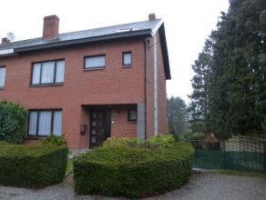 Option: visites suspendues! Très bonne maison 3 chambres avec garage et jardin située dans une rue en cul de sac. Vous serez sédu