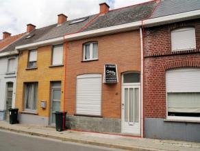Knusse deels gerestaureerde woning in centrum van Ronse met tuin! Indeling: inkom, voorplaats, leefruimte en nieuwe aanbouw omvattende lichtrijke keuk