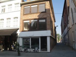 HANDELSPAND (1200  /md) + WOONST (600 /md):Kan dienen voor winkel, horeca of kantoorruimte. (60m²), aparte keuken, sanitair(20m²) en kelder.
