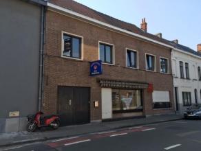 Goed gelegen te renoveren winkelruimte met woonst in centrum Wondelgem. Aparte studio. Overdekte staanplaats beschikbaar. Woonst deels opgesplitst. Ve
