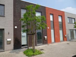 Deze recent gebouwde (2013), volledig afgewerkte en moderne woning is gelegen in een rustige buurt te Beveren-Leie.Op het gelijkvloers bevinden zich d