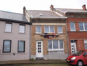 Instapklare woning met gezellig stadskoertje te koop in centrum Ronse. Deze instapklare woning bestaat uit de volgende ruimtes : ruime inkomhal, gezel