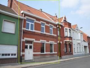 Deze gerenoveerde woning is ideaal gelegen in het centrum van Waregem, op wandelafstand van de winkelstraten, markt, scholen, kinderdagverblijf, sport