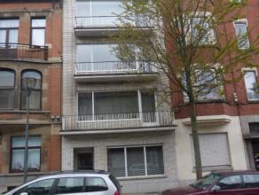 Avenue Josse Goffin 44: Appartement une chambre de 70m² dans un petit immeuble sans charges communes. Situé à proximité de n