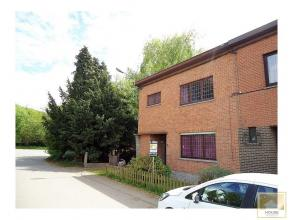 Dans un cadre campagnard, maison d'habitation + terrain en zone d'habitat - Confortable maison avec beau jardin arboré orienté plein sud