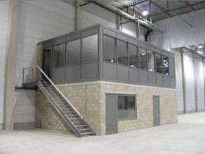 Oreon Properties Presenteert:<br /> De magazijnen hebben een structuur van staal die bekleed is met sandwichpanelen. Ze hebben een vrije hoogte van 10