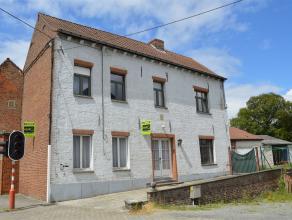 Grande maison d'habitation située au coeur de Chièvres, son rez-de-chaussée se compose d'un living, d'un coin repas, d'une magnif