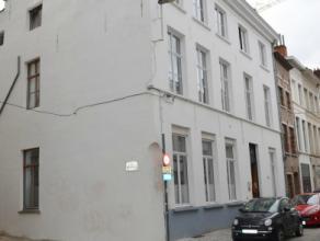 Nabij de Sint-Michiels bevindt zich dit vergund studentenhuis met 6 studio's, 8 studentenkamers en 1 appartement (type huis met 3 slpks). Zeer goed li