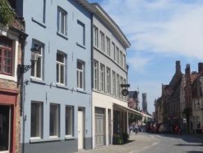 Zeer charmant en lichtrijk handelsgelijkvloers in de Ezelstraat te Brugge. Dit pand is uiterst geschikt voor een gezellige koffie- of wijnbar, restaur