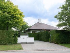 In deze ruime villa is het heerlijk thuiskomen. De architectuur is hedendaags en tijdloos. Er zijn tal van warme accenten die voor een aangename sfeer