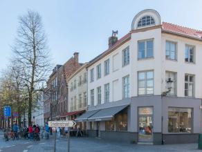 Deze handelsruimte bevindt zich op het gelijkvloers van een magnifiek gebouw op een toplocatie te Brugge (hoek van 't zand en de Smedenstraat) en besc