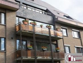 Lumineux appartement entièrement rénové, situé entre Wavre et Louvain-La-Neuve! +/- 50m² comprenant : hall - living -