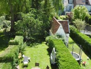Proche du Bois de la Cambre, agréable maison de 175 m², composée comme suit: hall d'entrée avec wc invité, salon, sam