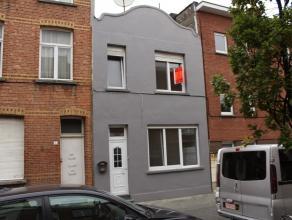 Eengezinswoning te Wilrijk met 4 slaapkamers en koer.  Gelijkvloers met leefruimte, keuken, toilet en koer.  1e verdieping met badkamer en 4 slaapkame