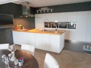 Super luxueus ingericht dakappartement met rondom de woning terras van 160 m² op bankirai. Dit appartement werd volledig gerenoveerd en zeer excl