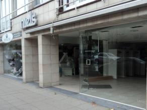 Dit winkelpand met een oppervlakte van 160 m² is gelegen tegenover het marktplein in het centrum van Brasschaat. Via een deur aan de zijkant van