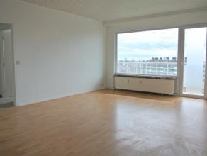 RECEMMENT RENOVE. Bel appartement de 80m² au 12ième étage avec terrasse. Comprenant hall dentrée, séjour 30m², c