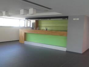 Cafetaria van het zwembad van Saint-Servais Oppervlakte : 120 m2, een kelder, een opbergplaats, een keuken en toiletten.