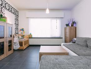 NIEUW: <br /> Instapklare gezinswoning: met smaak gerenoveerd en afgewerkt met degelijke materialen. Halfopen bebouwing met een totale oppervlakte van