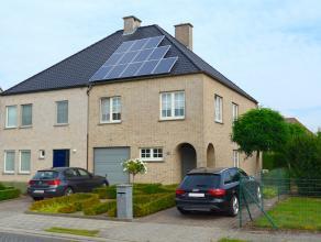 Recente en zeer gunstig gelegen halfopen bebouwing aan de stadsrand van Sint-Niklaas. De woning werd nieuw gebouwd door de huidige eigenaar en verkeer