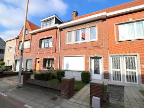 Deze ruime stadswoning met grote achtertuin is zeer centraal gelegen te Sint-Niklaas. Het betreft een zeer degelijke gebouwstructuur met grote ruimtes