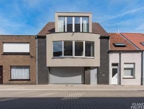 Centraal gelegen in het bruisende centrum van Maldegem bevindt zich deze recente, goed verzorgde bel-étagewoning. Indeling: Inkomhall, zeer rui