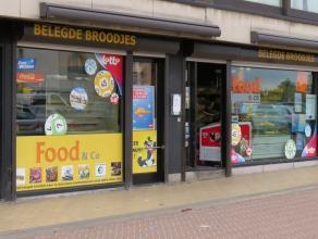 """Deze zeer goed draaiende buurtwinkel is terug te vinden in de wijk """"Zeebrugge-Bad"""", vlakbij het postkantoor en het strand. Hoewel de winkel vrij compa"""