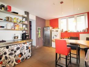 Idéalement située au coeur de Wavre, cette maison d'habitationet decommercede 220 m2, rénovée en 2010,se répartit s